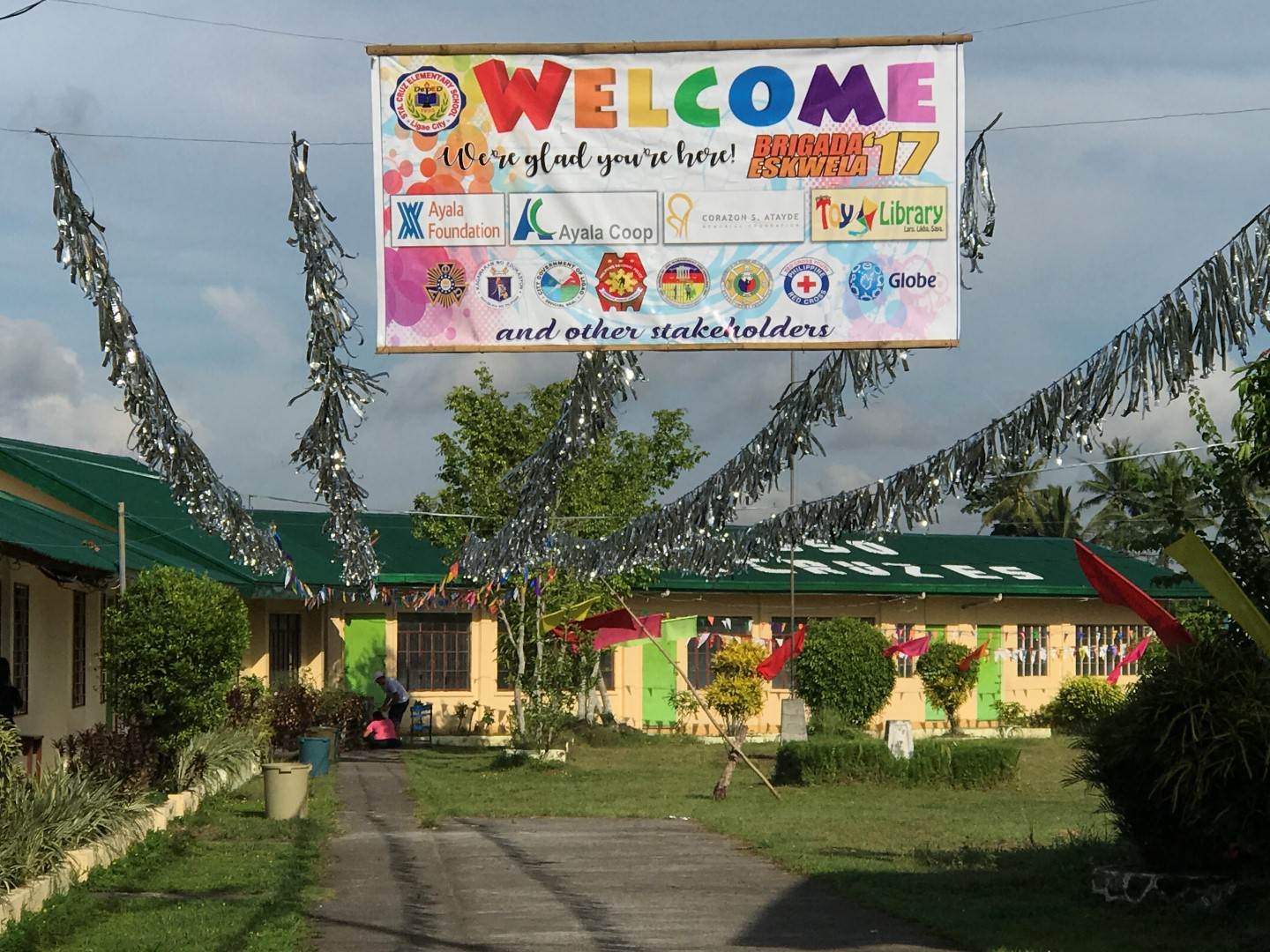 The streamer welcoming participants in the Brigada Eskwela 2017 project at the Sta. Cruz Elementary School hangs in front of the school grounds.
